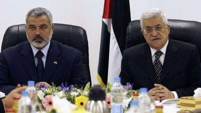 اسماعیل هنیه (سمت چپ) برای مدتی نخست وزیر دولت فلسطینی به ریاست محمود عباس بود