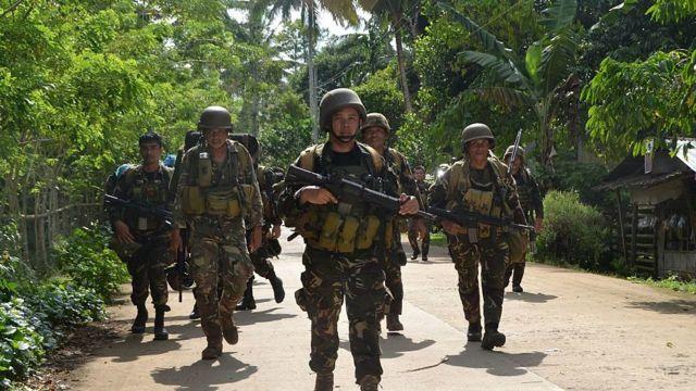 филиппинские солдаты патрулируют деревню