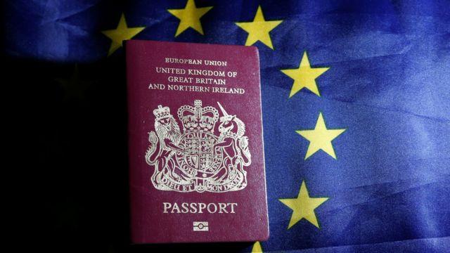 Passaporte britânico sobre bandeira europeia