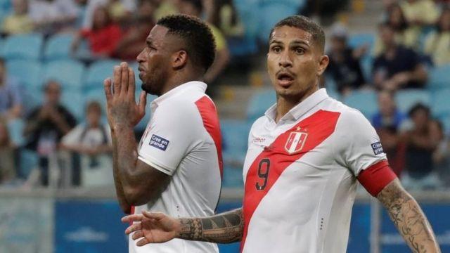 Paolo Guerrero reacciona a la anulación de un gol