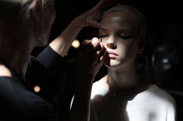 Una modelo siendo maquillada