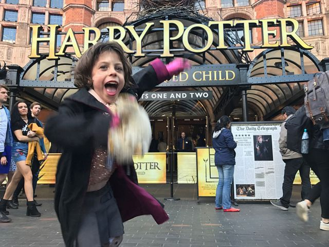 "Cuando Juniper fue a ver la obra ""Harry Potter and the Cursed Child"" en Londres, en el verano de 2017."