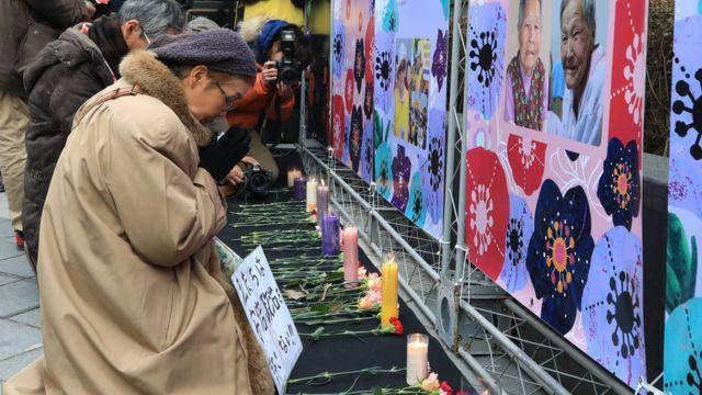 25일, 일본인 참가자가 올해 세상을 떠난 5명의 '위안부' 피해 할머니들을 추모하고 있다