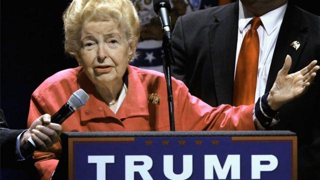 Phyllis Schlafly muestra su apoyo a Donald Trump en un mitin en San Luis, Misuri.