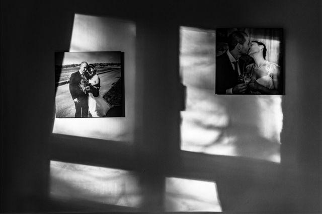 صورة زفاف معلقة على حائط