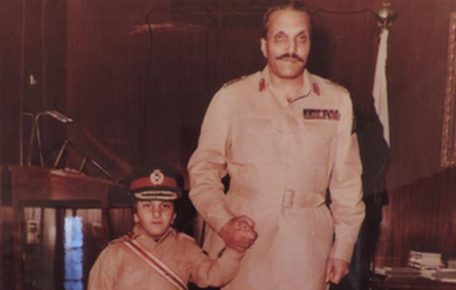 Zain Zia con su padre, el general Haq.