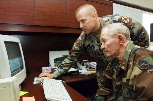 軍法会議を待つ間にコンピューターの訓練を受けるジェンキンスさん(2004年撮影)