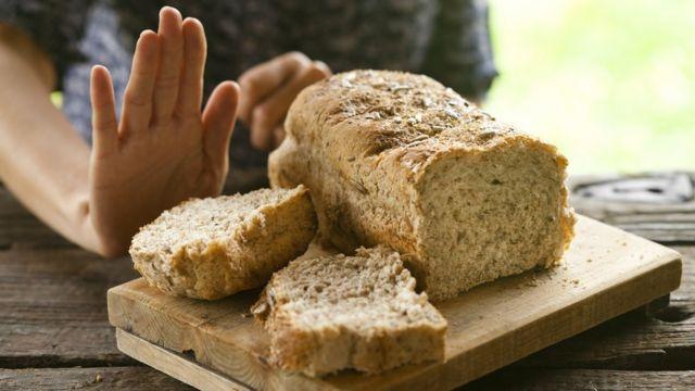 Mulher rejeitando pão