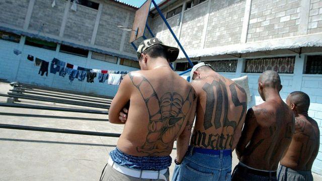 Cuatro miembros de la Mara Salvatrucha con sus tatuajes distintivos.