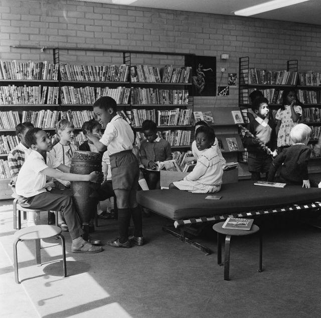 Niños en una escuela primaria convencional en Brixton, Londres, en 1970.