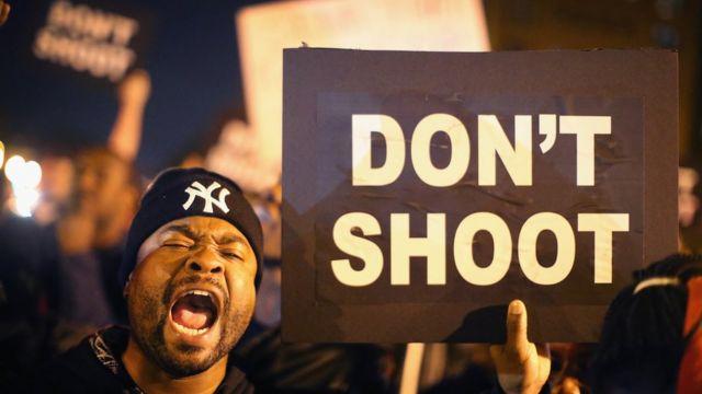 Manifestantes protestam, no dia 9 de outubro de 2014, contra o assassinato de Vonderrit Myers Jr., por um policial que estava de folga, em St. Louis, no Missouri