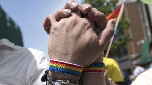 Dva muškarca koji se drže za ruke