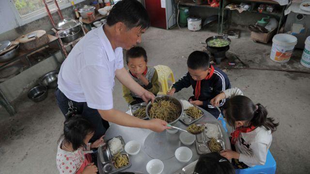 Professor dá comida a seus cinco alunos