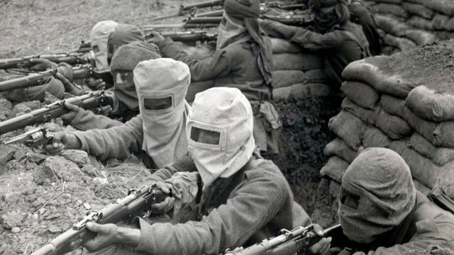 Soldados de infantaria indianos treinando para ataques com gás