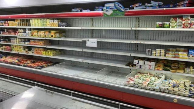 Rak tempat produk Prancis dipajang tampak kosong di supermarket Kuwait