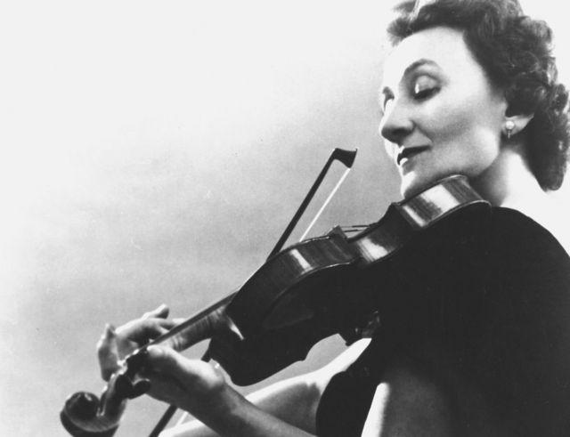 Erica Morini tocando el violín
