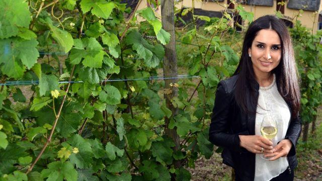 Нинорта Бахно с бокалом вина