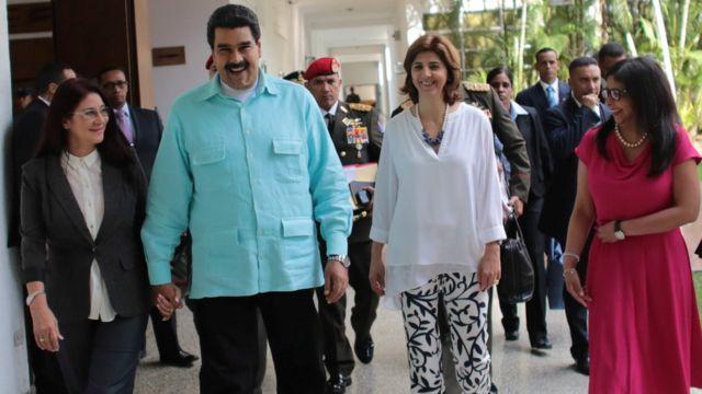 El presidente de Venezuela, Nicolás Maduro, junto a la primera dama del país, Cilia Flores, y las cancilleres de Colombia y Venezuela.
