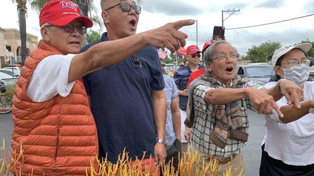 Một nhóm người Việt ủng hộ Trump tranh cãi cùng nhóm ủng hộ Biden khu Catinat Plaza trên đại lộ Bolsa (Trần Hưng Đạo), thành phố Westminster, Nam California.