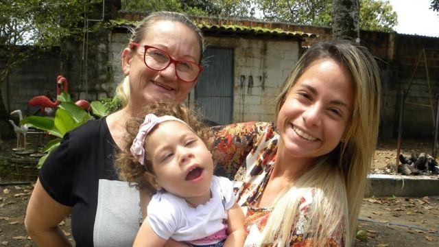 Ana com a filha e a neta