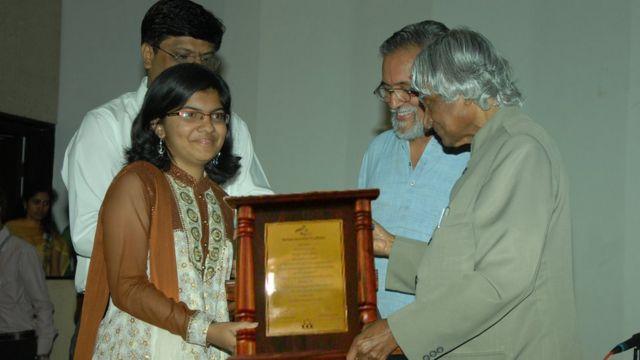 அப்துல் கலாமிடம் விருது பெறுகிறார்