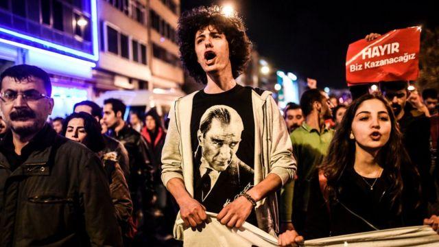 متظاهرون يحتجون على نتائج الاستفتاء