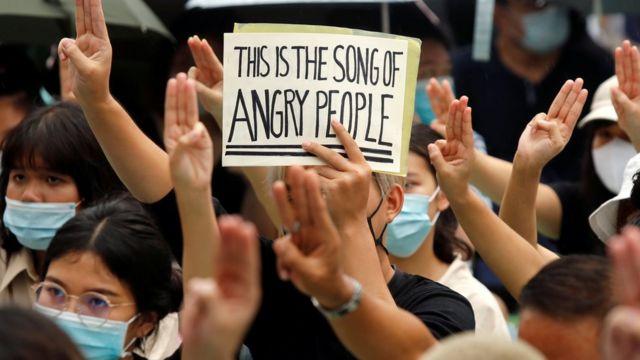 2020年8月8日,抗议者用三指敬礼,他们举着标语要求释放泰国曼谷的激进主义领袖。