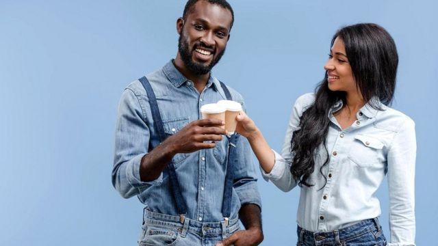 Специалисты британской Национальной системы здравоохранения советуют выпивать от шести до восьми стаканов жидкости в день, в том числе кофе или чая (но лучше - несладких)
