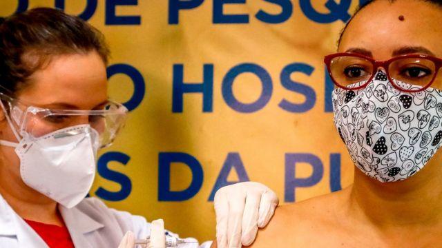 Una voluntaria recibe una vacuna contra la covid-19