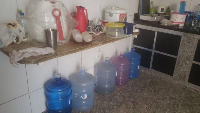 Galões de água na cozinha