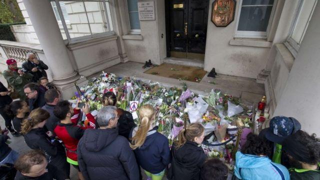 ロンドンのフランス大使館前では、犠牲者を悼む人々が花を手向けた