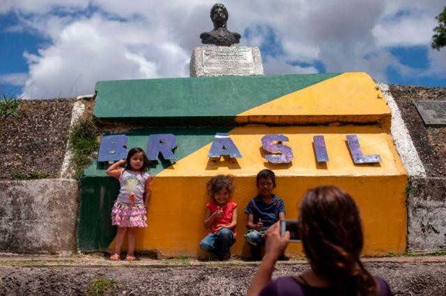 Niños venezolanos posando para una foto en Paracaima, una localidad brasileña fronteriza con Venezuela.