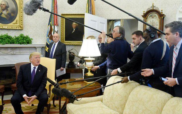 Trump atendiendo a periodistas.