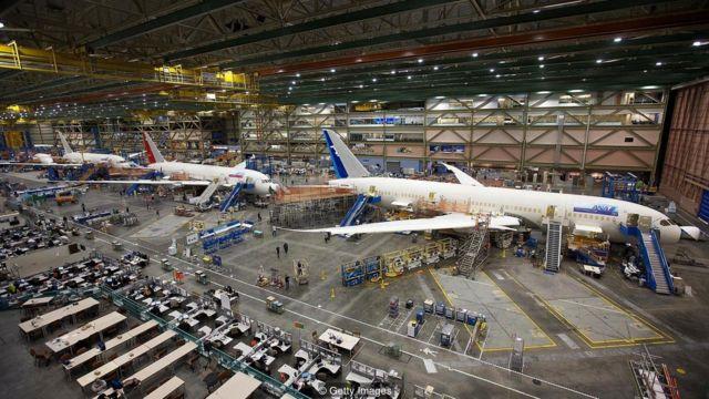 该工厂现在生产新一代的波音客机。