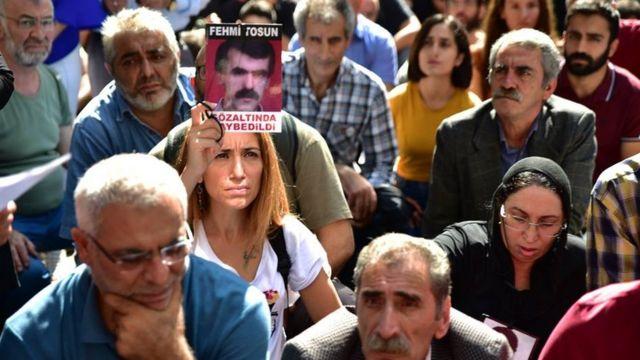 """Besna Tosun (soldan ikinci), """"Babam kaybedildikten sonra polis baskınlarında birçok fotoğrafını götürdüler, o yüzden babamla hiç fotoğrafım yok maalesef"""" diyor."""