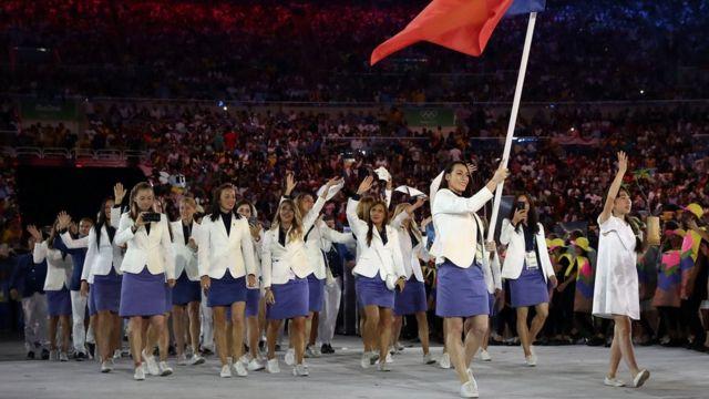 A campeã olímpica carregou a bandeira romena na Cerimônia de Abertura da Rio 2016