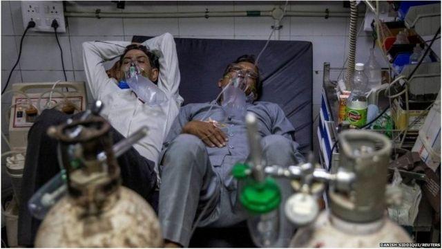 ये तस्वीर रॉयटर्स के दानिश सिद्दीकी ने खींची थी, जिसमें एक बेड पर दो मरीज़ ऑक्सीजन के साथ दिख रहे हैं.