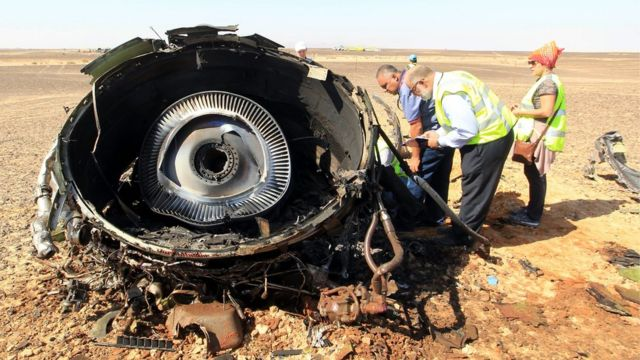 Egyptian investigators check debris from crashed Russian jet at the site of the crash in Sinai, Egypt, 01 November 2015.