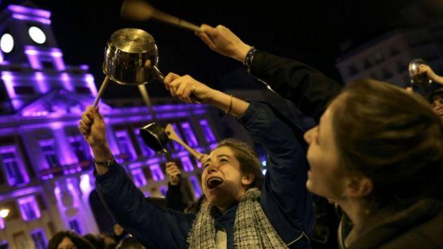 ストライキでは鍋などを打ち鳴らす女性の姿が見られた