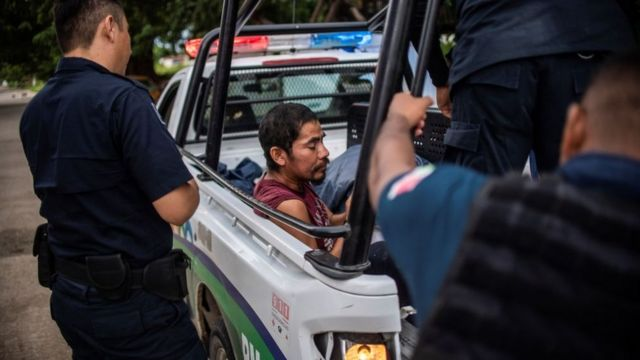 Un migrante detenido en una patrulla