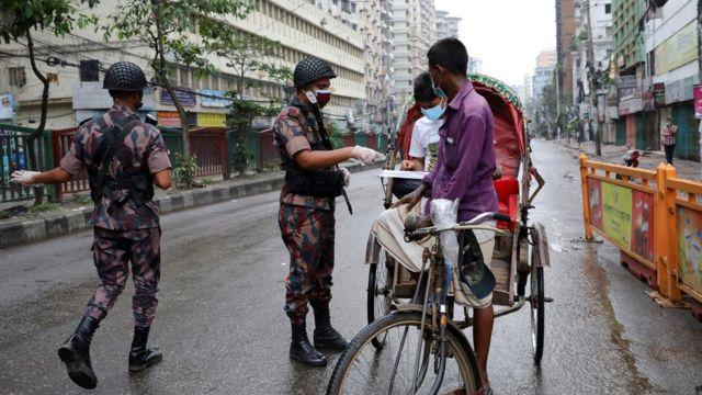 লকডাউন: কোভিড ঠেকাতে কঠোর লকডাউন শুরু, সড়কে নিরাপত্তাবাহিনীর অবস্থান - BBC  News বাংলা