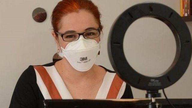 A cientista Melissa Markoski usando máscara