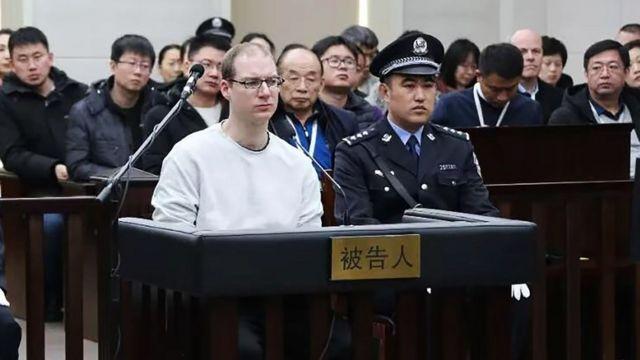 謝倫伯格在被告人席上(中國遼寧大連中院供圖14/1/2019)