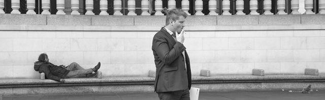 Курящий бизнесмен и бомж