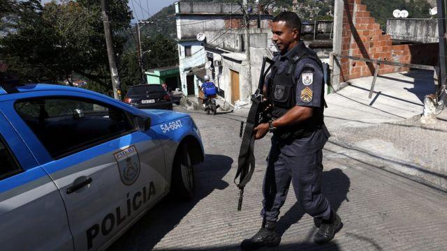 Caminho para acabar com a guerra ao tráfico seria legalizar as drogas, dizem policiais