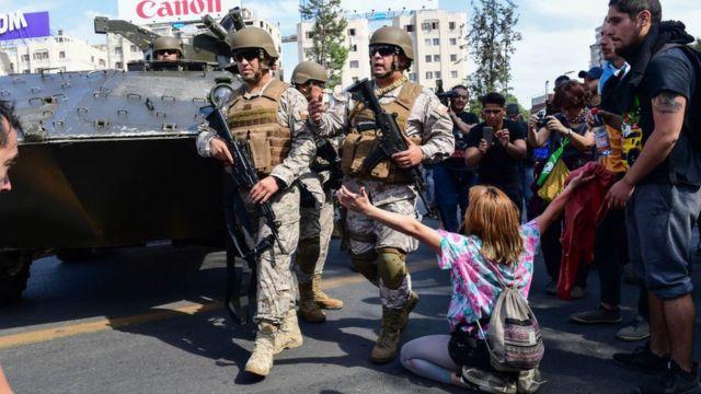 militares y manifestantes frente a frente en las calles de Santiago