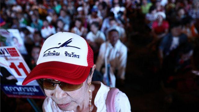 ผู้สนับสนุนพรรคเพื่อไทยสวมหมวกที่มีลายเซ็น ทักษิณ ชินวัตร มาฟังพรรคปราศรัยเมื่อ 15 ก.พ. ที่ลานคนเมือง กทม.