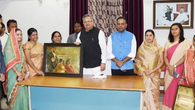 छत्तीसगढ़ के मुख्यमंत्री रमन सिंह मुंगेली के अधिकारियों के साथ