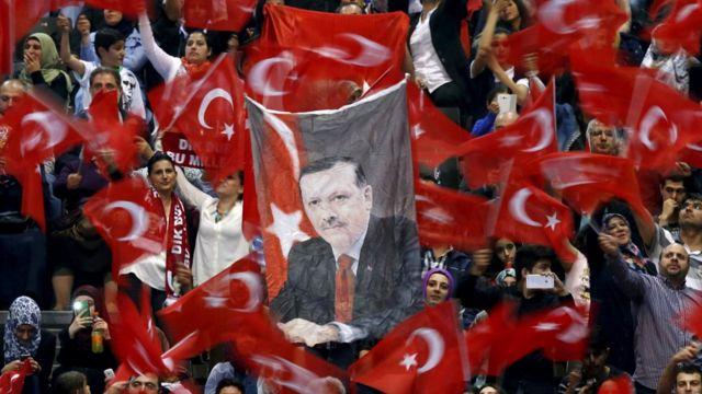 فاينانشال تايمز: في حالة المصادقة على الدستور الجديد، فإن ذلك يعني أن يتم التخلي عن منصب رئيس الوزراء، وبالتالي تذهب كل السلطات التنفيذية إلى إردوغان
