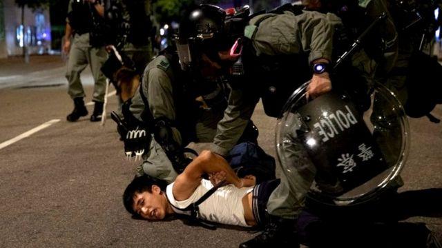 Polisi anti huru hara di Hong Kong